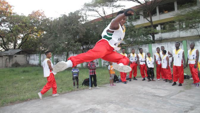 Sejumlah pemuda Tanzania dari Dragon Warriors Club berlatih kungfu di pusat kota Dar es Salaam, Tanzania, pada 25 Agustus 2020. Kungfu, seni bela diri China semakin populer di kalangan anak muda Tanzania. (Xinhua)