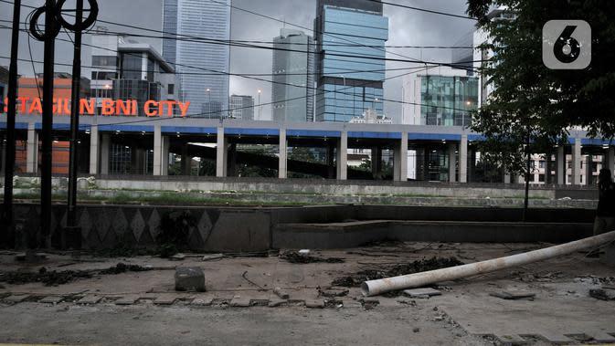 Suasana proyek revitalisasi trotoar di Jalan RM Margono Djojohadikoesoemo, Jakarta, Kamis (16/1/2020). Trotoar di sisi selatan Kanal Banjir Barat itu akan dilengkapi taman dan deck view untuk melihat pemandangan Kali Ciliwung dan gedung perkantoran. (merdeka.com/Iqbal Nugroho)