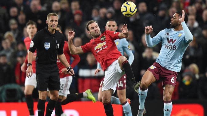 Gelandang Manchester United, Juan Mata, berebut bola dengan gelandang Aston Villa, Douglas Luiz, pada laga Premier League di Stadion Old Trafford, Manchester, Minggu (1/12). Kedua klub bermain imbang 2-2. (AFP/Oli Scarff)