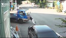 手煞沒拉好3.5噸貨車滑 駕駛竟「徒手擋車」