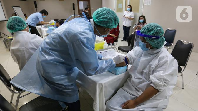 Petugas medis menjalani Tes serologi COVID-19 di RS Siloam Kebon Jeruk, Jakarta, Selasa (11/8/2020). Tes serologi antibodi SARS-CoV-2 berbasis lab untuk tenaga medis guna memastikan bahwa rumah sakit tersebut aman bagi pasien saat berobat. (Liputan6.com/Fery Pradolo)