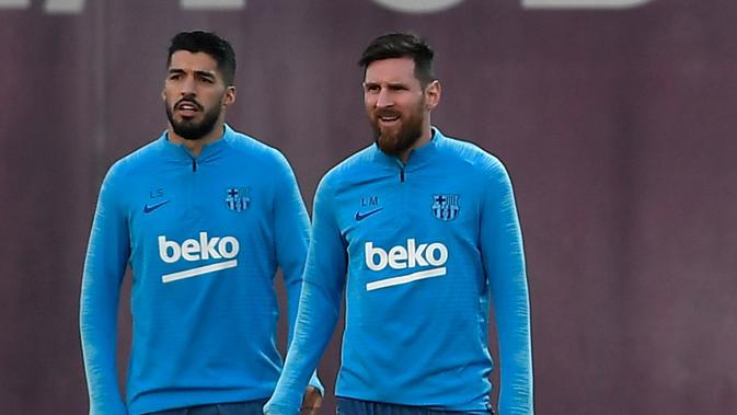 Striker Barcelona, Luis Suarez dan Lionel Messi saat mengikuti latihan jelang pertandingan