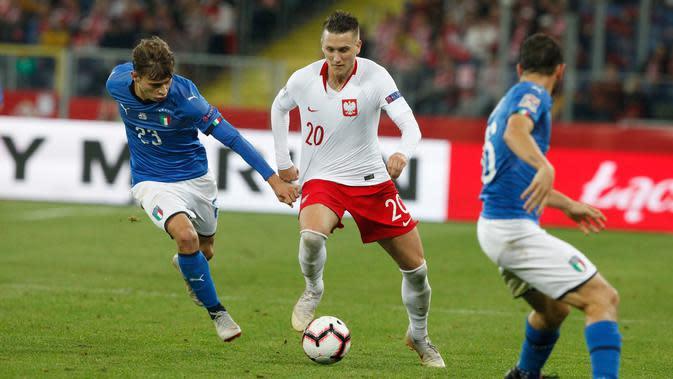 Pemain Polandia, Piotr Zielinski berusaha melewawti pemain Italia, Nicolo Barella selama pertandingan UEFA Nations League Grup 3 di Silesian Stadium, Polandia (14/10). Italia menang 1-0 atas Polandia. (AP Photo/Czarek Sokolowski)