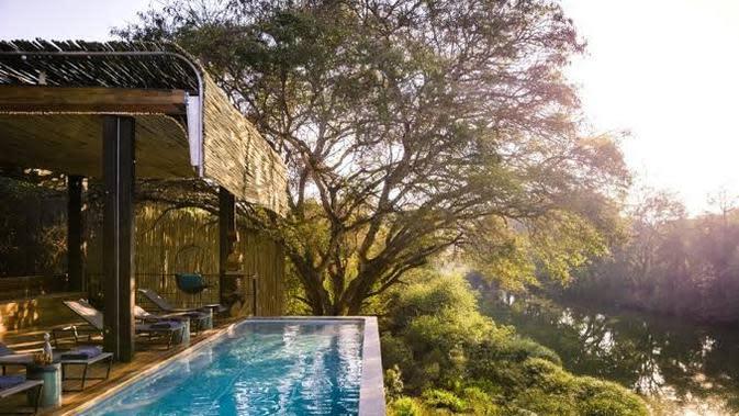 Singita Sweni Lodge dengan kolam renang yang berada di tepi sungai (Foto:Singita)
