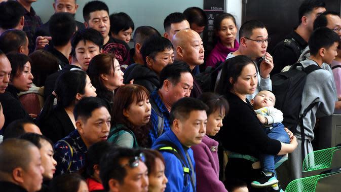 Orang-orang menunggu untuk pemeriksaan tiket di Stasiun Kereta Selatan Guangzhou saat arus mudik Tahun Baru Imlek di Guangzhou, Provinsi Guangdong, China selatan (16/1/2020). Tahun Baru Imlek jatuh pada 25 Januari tahun ini. (Xinhua/Liu Dawei)
