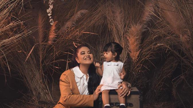 Sebelumnya, Bobby Nasution dan Kahiyang Ayu juga memberikan nama unik pada anak pertamanya. Yaitu Sedah Mirah Nasution. Kehadiran Panembahan menjadi pelengkap kebahagiaan pasangan ini karena memiliki anak laki-laki dan perempuan. (Instagram/ayanggkahiyang)