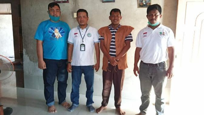 Bathin Abiyan (dua dari kanan) foto bersama dengan tamu yang datang ke rumahnya. (Liputan6.com/M Syukur)