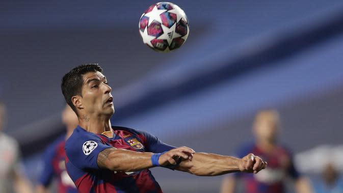 Penyerang Barcelona, Luis Suarez mengontrol bola saat bertanding melawan Bayern Munchen pada perempat final Liga Champions di stadion Luz di Lisbon pada 14 Agustus 2020. Suarez akan menerima gaji lebih kecil di Atletico daripada yang ditawarkan klub lain. (AFP/Manu Fernandez)