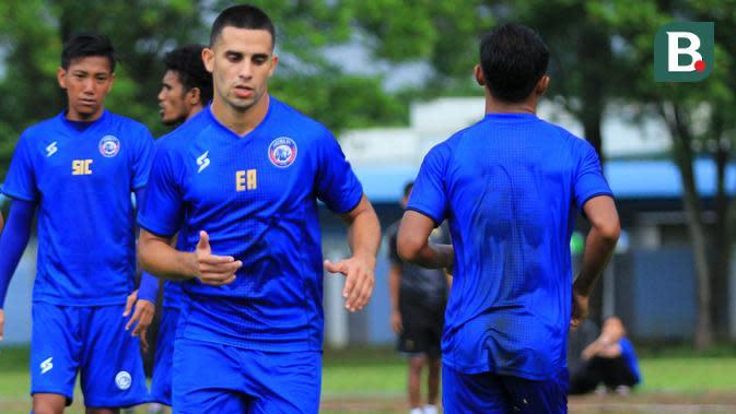 Elias Alderete saat latihan dengan Arema. (Bola.com/Iwan Setiawan)