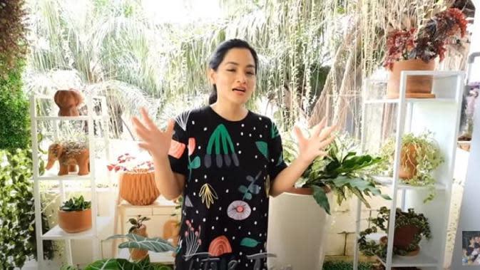 Titi Kamal membagikan tips merawat tanaman hias agar tumbuh subur (Dok. YouTube/ Titi & Tian)