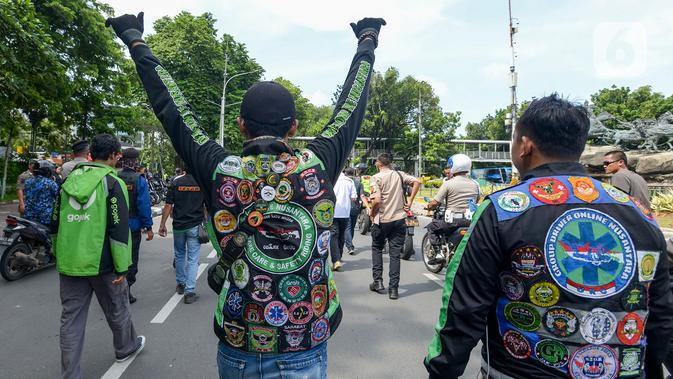 Pengemudi ojek online (ojol) menuju Kementerian Perhubungan (Kemenhub) untuk berunjuk rasa di Jakarta, Rabu (15/1/2020). Mereka mengajukan dua tuntutan yaitu payung hukum dan mengubah skema tarif dan berharap DPR serta pemerintah membuat Undang-undang (UU) terkait ojol. (merdeka.com/Imam Buhori)