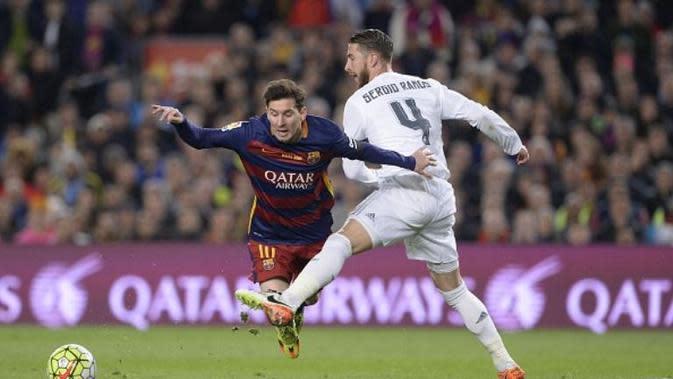 Bek Real Madrid, Sergio Ramos, mencoba menghentikan pergerakan striker Barcelona, Lionel Messi, pada laga di Camp Nou, Sabtu (2/4/2016). (AFP/Josep Lago)