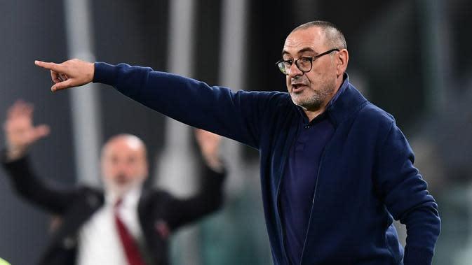 Pelatih Juventus, Maurizio Sarri, memberikan arahan kepada pemainnya saat melawan AC Milan pada laga leg kedua semifinal Coppa Italia di Allianz Stadium, Sabtu (13/6/2020) dini hari WIB. Juventus bermain imbang 0-0 atas AC Milan. (AFP/Miguel Medina)