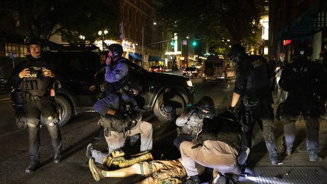 Aksi protes terjadi di Portland hingga menewaskan satu orang atas adanya insiden penembakan. (AP/ Paula Bronstein)