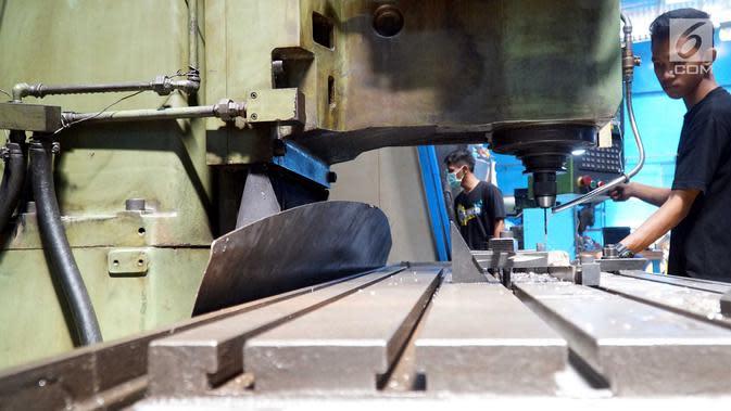 Pekerja mitra UKM pilot mengikuti program pelatihan dan pendampingan basic mentality dan 5 R oleh instruktur YDBA di Solo, Jawa Tengah, Selasa (10/9/2019). Program unggulan yang melibatkan 7 UKM di bidang manufaktur bergerak di jasa machining, plastic injection dan welding. (Liputan6.com/HO/Eko)