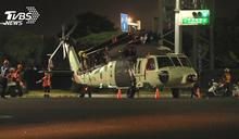 黑鷹直升機封街運送 軍事迷沿路爭睹風采