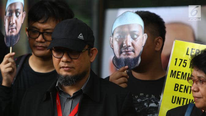 Novel Baswedan bersama Wadah Pegawai (WP) KPK memperingati 500 hari penyerangan terhadap dirinya di depan Gedung KPK, Jakarta, Kamis (1/11). Penyidik senior KPK itu diserang dengan air keras pada 500 hari lalu. (Merdeka.com/Dwi Narwoko)