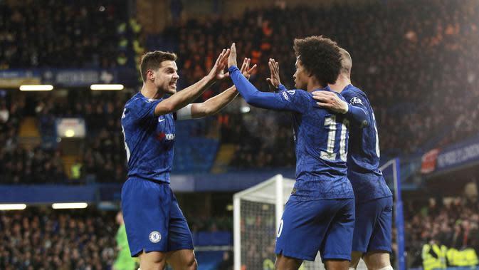Gelandang Chelsea, Willian, merayakan gol yang dicetaknya ke gawang Liverpool pada laga Piala FA di Stadion Stamford Bridge, Selasa (3/3/2020). Chelsea menang 2-0 atas Liverpool.(AP/Ian Walton)