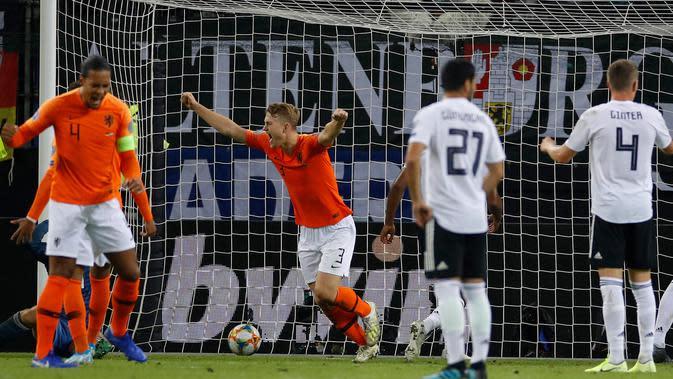 Bek Belanda, Matthijs De Ligt, merayakan gol ke gawang Jerman pada laga Kualifikasi Piala Dunia 2022 di Hamburg, Jumat (6/9). Jerman kalah 2-4 dari Belanda. (AFP/Odd Andersen)