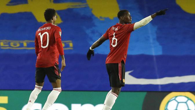 Selebrasi Paul Pogba (kanan) setelah mencetak gol ke gawang Brighton pada babak keempat Carabao Cup di Stadion Falmer, Kamis (1/10/2020) dini hari WIB. (AP/Matt Dunham)