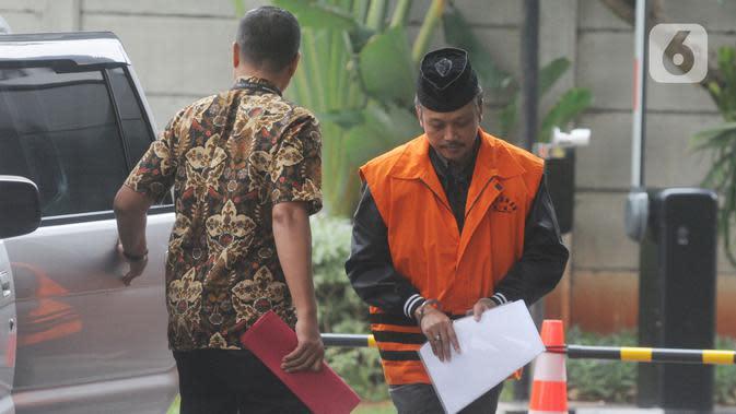 Pejabat Pembuat Komitmen atau PPK di Satuan Kerja Pelaksanaan Jalan Nasional XII Balikpapan, Andi Tejo Sukmono (kanan) memasuki Gedung KPK, Jakarta, Rabu (27/11/2019). Andi diperiksa sebagai tersangka suap pengadaan proyek jalan di Provinsi Kalimantan Timur tahun 2018-2019. (merdeka.com/Dwi Narwoko)