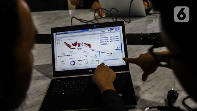 Petugas BPS menunjukan jumlah masyarakat yang telah melakukan sensus penduduk online di Gedung BPS, Jakarta, Senin (17/2/2020). BPS telah memulai pendataan Sensus Penduduk pada 15 Februari hingga 31 Maret 2020 yang dapat diakses dengan perangkat yang terhubung internet. (Liputan6.com/Faizal Fanani)