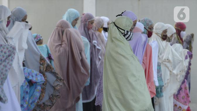Jemaah melaksanakan salat Idul Fitri di pelataran Masjid Al Kahfi Griya Pamulang 2, Parakan, Pamulang, Tangerang Selatan, Banten, Minggu (24/5/2020). Di tengah pandemi virus corona COVID-19, jemaah yang hadir mengenakan masker untuk mencegah penularan. (merdeka.com/Dwi Narwoko)