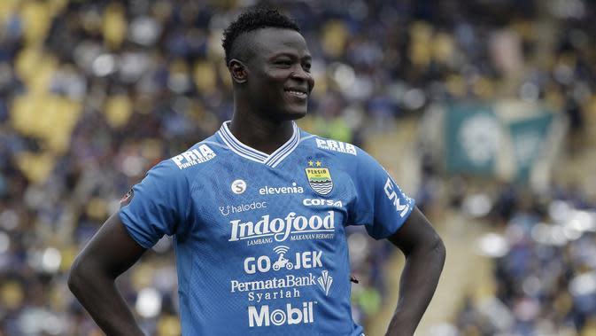 Striker Persib Bandung, Ezechiel N'Douasel, bersiap saat akan melawan TIRA Persikabo pada laga Piala Presiden 2019 di Stadion Si Jalak Harupat, Bandung, Sabtu (2/3). Persib kalah 1-2 dari TIRA. (Bola.com/Yoppy Renato)