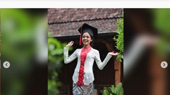 Putri Anies Baswedan, Mutiara Annisa Baswedan, telah menyelesaikan studi S1 dan menyandang gelar Sarjana Hukum lewat wisuda virtual. (dok. Instagram @aniesbaswedan/https://www.instagram.com/p/CGeCi8zgDqw/)