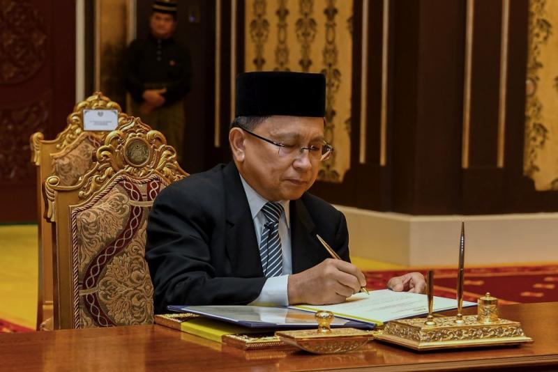 Tan Sri Richard Malanjum signs his letter of appointment at Istana Negara, Kuala Lumpur July 11, 2018. — Bernama pic