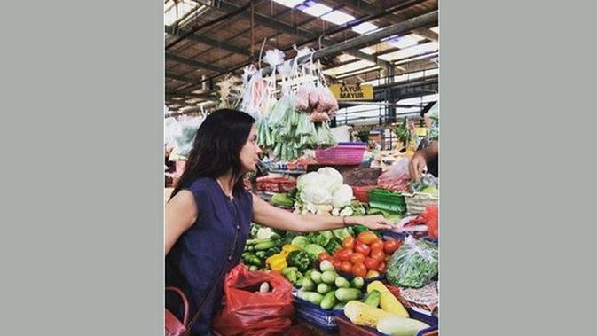 Artis senior Sophia Latjuba juga tak segan pergi ke pasar untuk mencari sayuran segar dan bahan makanan. Perempuan dua orang anak itu santai mengunjungi pasar Modern BSD. (instagram @sophia_latjuba88/Merdeka)
