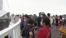 快新聞/高雄駁二「大港橋」湧大批遊客 民眾讚:台灣人真的很幸福