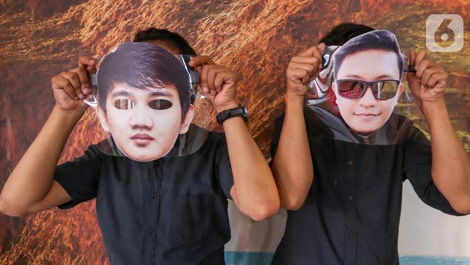 Karyawan menunjukkan pelindung wajah atau face shield karakter siap pakai di percetakan Bintang Sempurna, Bendungan Hilir, Jakarta, Selasa (23/6/2020). Face shield karakter yang dibuat dari bahan mika PCA anti fog bisa dicuci berulang kali.(Liputan6.com/Fery Pradolo)