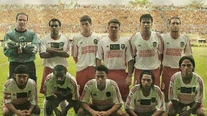 Ronald Fagundez (nomor tiga dari kiri atas). (Abdi Satria/Bola.com)