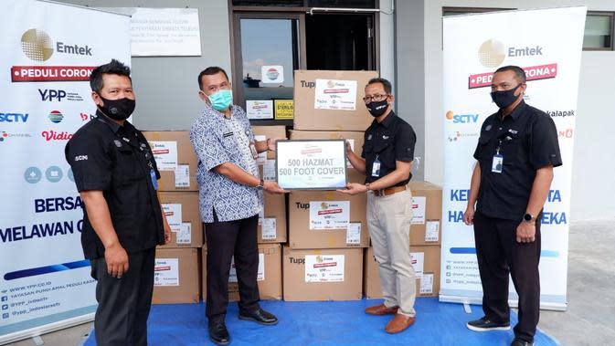 Emtek Peduli Corona serahkan 500 hazmat dan 500 foot cover ke RSUD Dr. Soewondo, Kendal, Jawa Tengah, Selasa (7/7/2020)