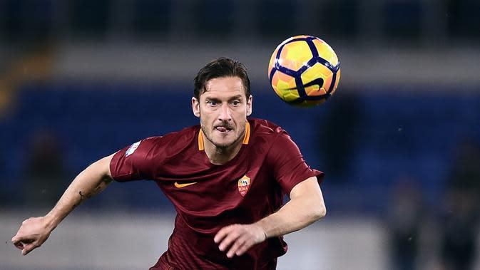 2. Francesco Totti (75 gol penalti) - Legenda AS Roma, Francesco Totti, merupakan salah satu penyerang terbaik yang pernah dimiliki AS Roma. Totti memiliki catatan 75 gol yang diciptakan lewat titik penalti. (AFP/Filippo Monteforte)