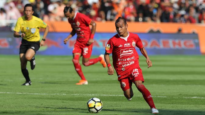 Gelandang Persija Jakarta, Riko Simanjuntak, menggiring bola saat melawan PSM Makassar pada laga Piala Indonesia 2019 di SUGBK, Jakarta, Minggu (21/7). Persija menang 1-0 atas PSM. (Bola.com/M Iqbal Ichsan)