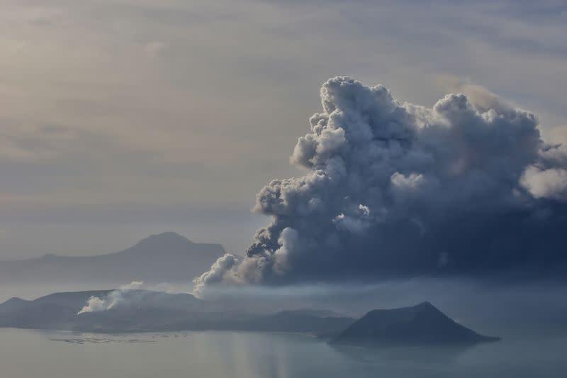 Kegiatan di Manila tutup akibat letusan gunung berapi