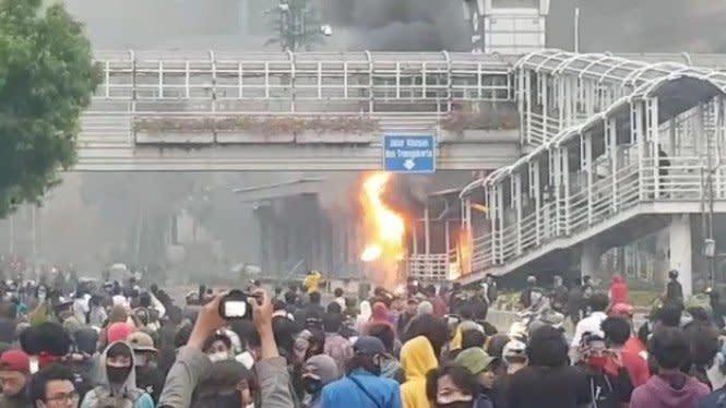 Halte TransJakarta Bundaran HI dan Sarinah Dibakar Pendemo Omnibus Law
