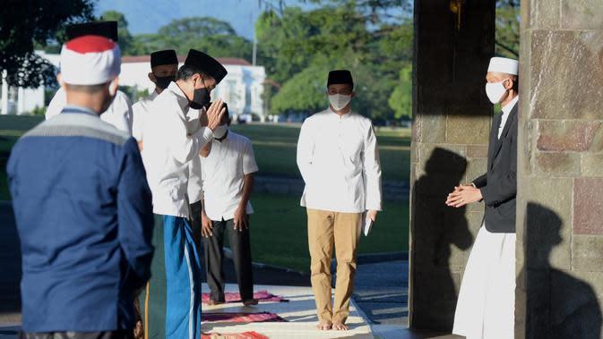 Potret Presiden Jokowi dan keluarga saat menjalankan salat id di kediamannya di Bogor. (Biro Pers Kepresidenan)