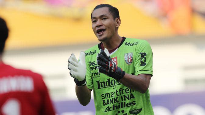 Kiper Bali United, Wawan Hendrawan, saat melawan Persija Jakarta pada laga Piala Indonesia 2019 di Stadion Wibawa Mukti, Minggu (5/5). Persija menang 1-0 atas Bali United. (Bola.com/M Iqbal Ichsan)