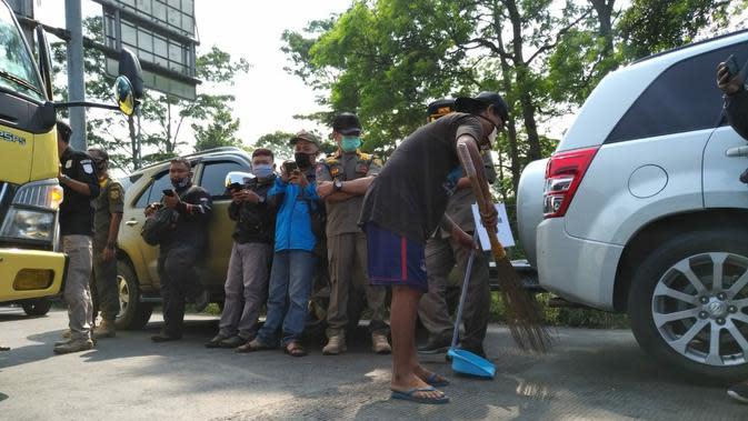 Tim gabungan meningkatkan intensitas razia masker di perbatasan Kota dan Kabupaten Bogor, Kamis (10/9/2020). (Liputan6.com/ Achmad Sudarno)