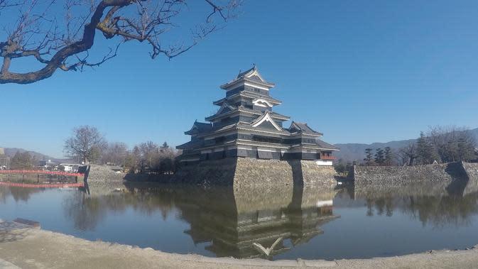 Dahulu kala orang menyebut kastil ini dengan Benteng Gagak. Sampai dengan saat ini masih banyak gagak di sekitar kastil, selain juga angsa dan koi (Andry Haryanto/Liputan6.com)