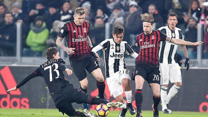 Pemain Juventus, Paulo Dybala (tengah) saat melewati hadangan para pemain AC Milan pada laga perempat final Coppa Italia di Juventus Stadium, Turin, (25/1/2017). Juventus menang 2-1. (EPA/Alessandro Di Marco)