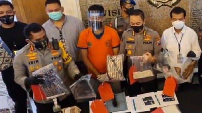 Corona Makin Ganas hingga Gilang Terangsang Lihat Pria Dibungkus Jarik