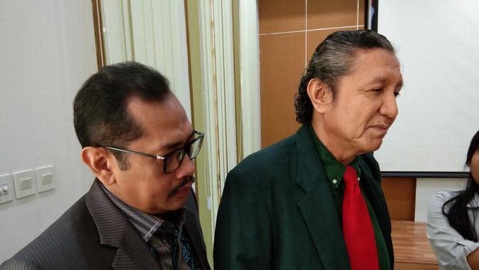 Ilham Oetama Marsis (kanan) bersama dengan kuasa hukumnya memberikan klarifikasi soal pemberhentian dirinya dari anggota Konsil Kedokteran Indonesia (KKI) (Liputan6.com/Giovani Dio Prasasti)