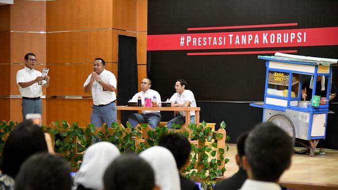 Mendikbud Nadiem Makarim (kedua kanan), Menparekraf Wishnutama (kiri), Menteri BUMN Erick Thohir (kanan), Komedian Sogi Indra Dhuaja (ketiga kiri), dan Bedu (kedua kiri) tampil dalam drama bertajuk Prestasi Tanpa Korupsi di SMKN 57, Jakarta Selatan, Senin (9/12/2019). (Foto:Biropress Kepresidenan)