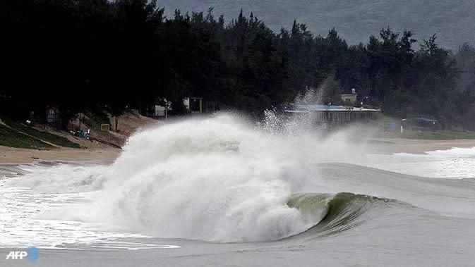 Ilustrasi cuaca ekstrem sebabkan gelombang tinggi di perairan.