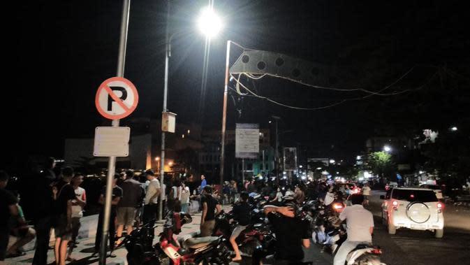 Gempa membuat panik warga di sepanjang pantai Manado. (Yoseph Ikanubun/Liputan6.com)