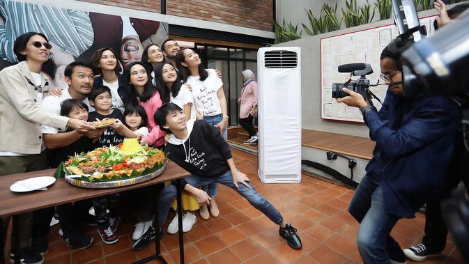 Seluruh tim produksi dan para pemain NKCTHI pun menggelar syukuran sebagai bentuk perayaan satu juta penonton. Acara tersebut berlangsung di Kantor Visinema Pictures, Jakarta, Jumat, (10/1/2020). (Bambang E.Ros/Fimela.com)